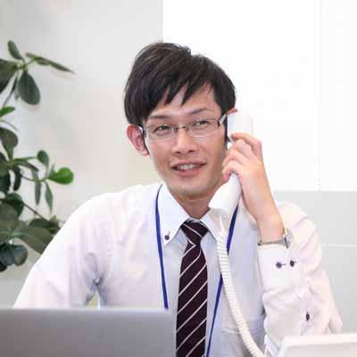 写真:電話を受けるスタッフ